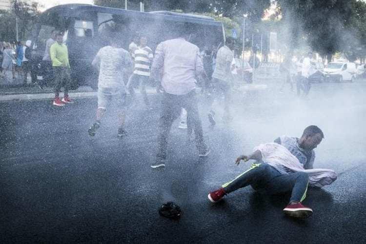 La policía utiliza cañones de agua para dispersar a un centenar de inmigrantes que protestan en la plaza de la Independencia en Roma, tras haber sido desalojados hace cinco días de un edificio ocupado principamente por solicitantes de asilo y refugiados de Eritrea y Etiopía. (EFE/Angelo Carconi)