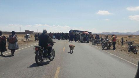 El bloqueo que pobladores de Challapata activaron en la carretera Panamericana Oruro-Potosí. Foto: Nancu Calani