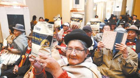 Los abuelos que asistieron al acto de ayer muestran los paquetes del Carmelo.