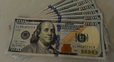 Dólares en billetes. Foto: La Razón