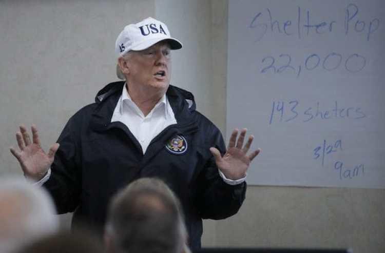 Donald Trump durante su visita al centro de operaciones de emergencia en Houston(REUTERS)