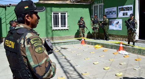 Un efectivo de la FELCN muestra los resultados de un operativo. Foto: FELCN