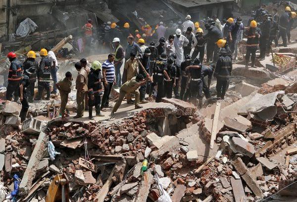 Al menos 12 muertos por derrumbe de edificio en India