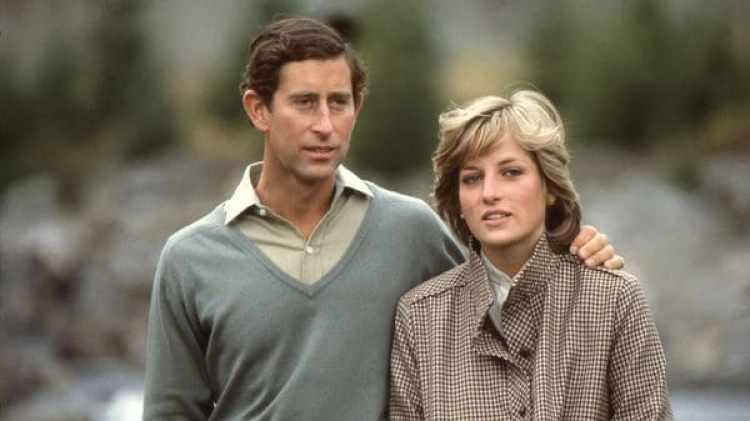 Diana y Carlos, en los jardines del Castillo de Balmoral, en Escocia. Se conocieron en 1977 (Anwar Hussein)