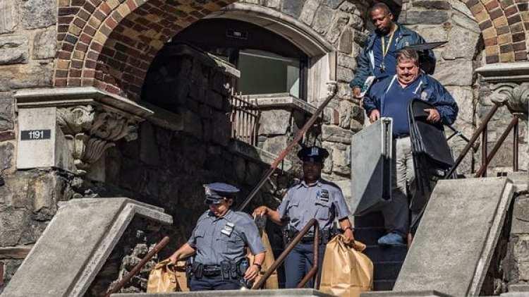 Agentes de la Policía de Nueva York salen del edificio de la Avenida Shakespeare en Bronx con pruebas para ser investigadas (New York Daily News)
