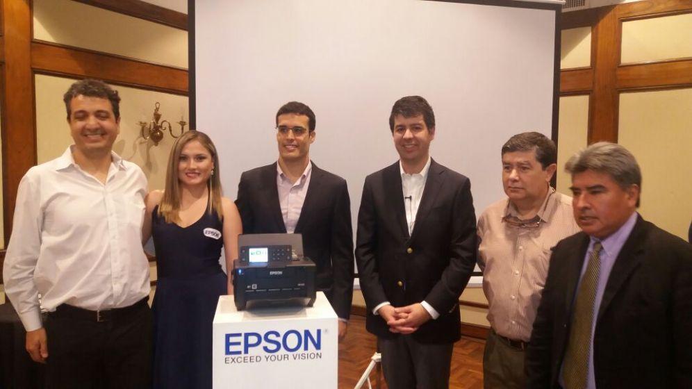 Ejecutivos de Epson e invitados