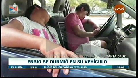 Dos ebrios se durmieron dentro de su vehículo en plena avenida