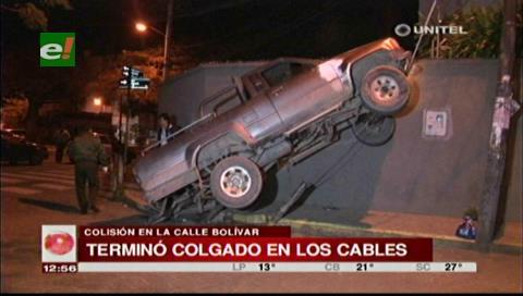 Camioneta queda colgada en un cable tras colisionar con otro vehículo