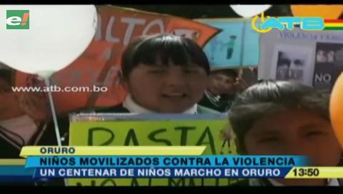 Niños marchan en contra de la violencia en Oruro
