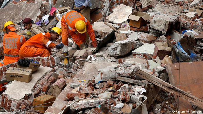 Indien | Gebäudeeinsturz - Einsatzkräfte suchen nach Überlebenden (Reuters/A. Andrade)