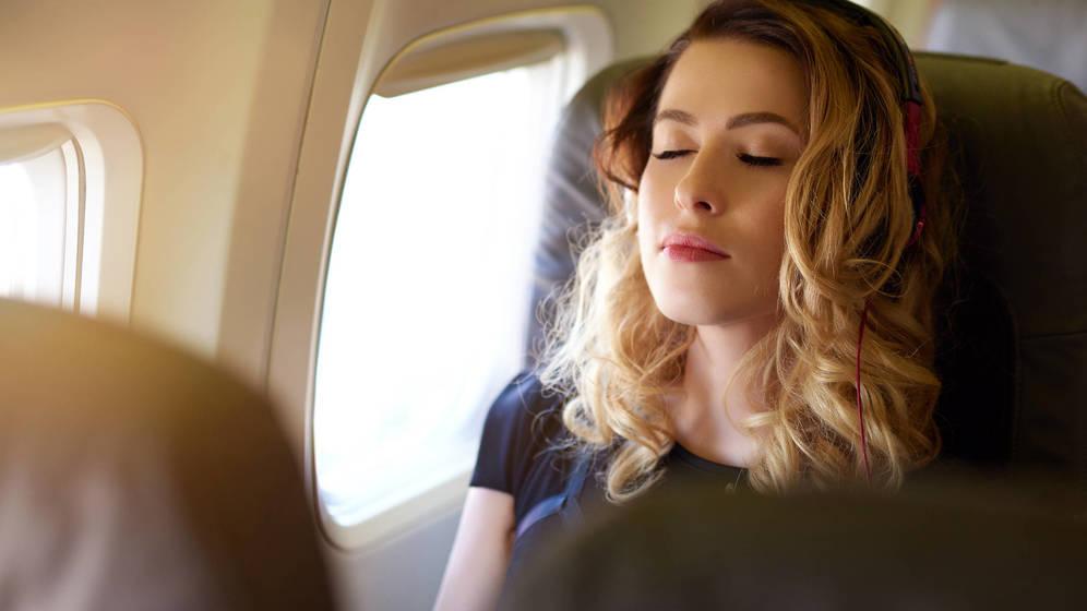 Foto: Estás deseando dormir, pero mejor espera a que el aparato despegue. (iStock)