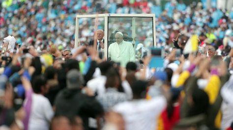 El papa Francisco saluda a feligreses antes de una misa al aire libre hoy en el parque Simón Bolívar de Bogotá, Colombia.
