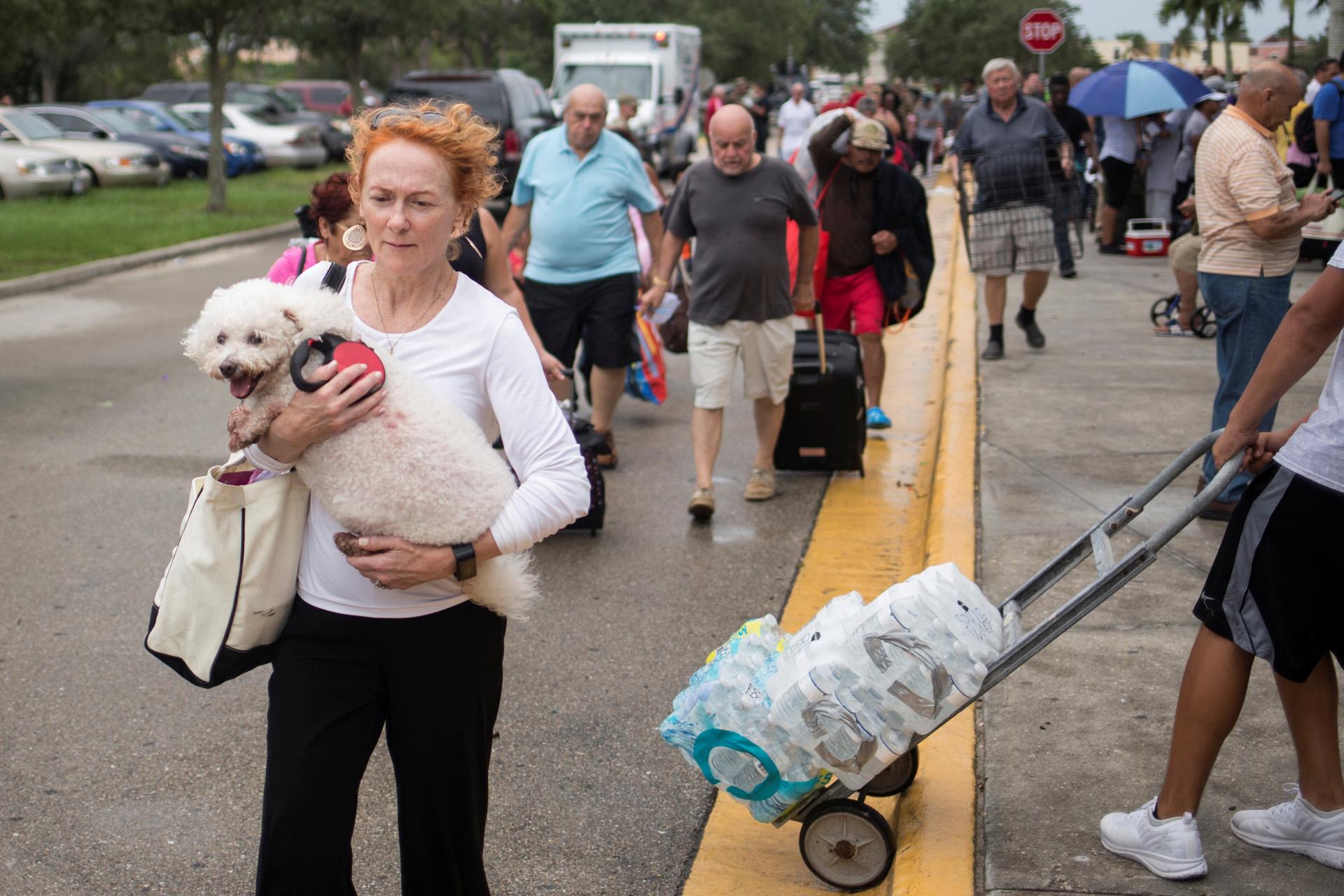 Los residentes llevan sus mascotas y pertenencias a un refugio antes de la caída del huracán Irma en Estero, Florida. (Reuters)