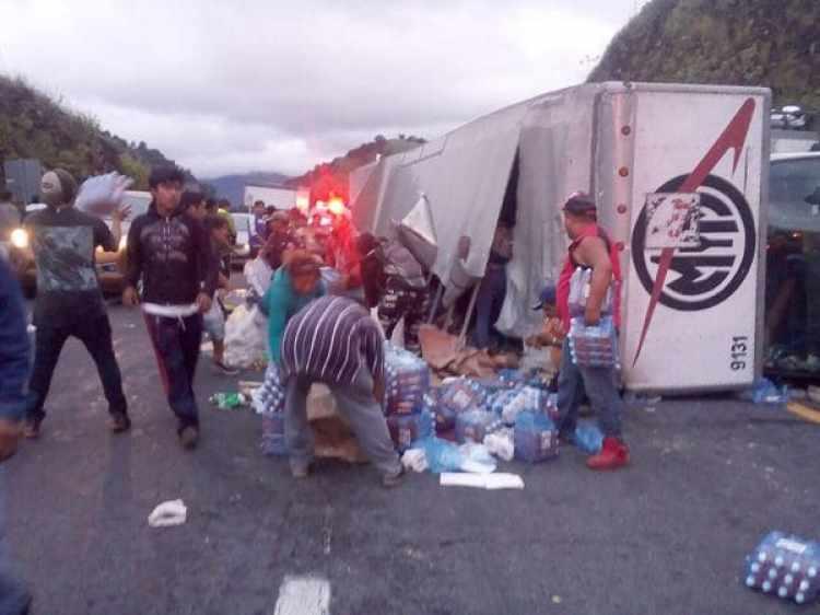 El fin de semana fue saqueado un camión con ayuda que se accidentó en la carretera.