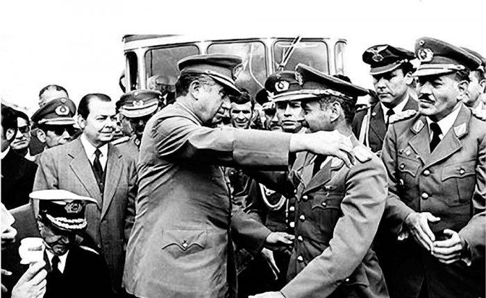 EL HISTÓRICO ABRAZO DE CHARAÑA ENTRE LOS PRESIDENTES DE BOLIVIA, GRAL. HUGO BANZER, Y DE CHILE, GRAL. AUGUSTO PINOCHET. FUE EL 8 DE ABRIL DE 1975.