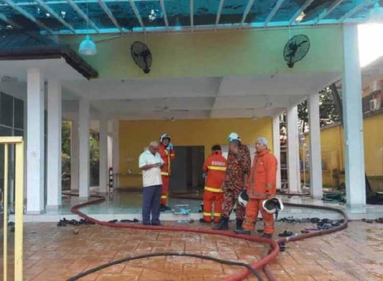 Poco pudo hacer el cuerpo de bomberos para salvar las vidas de las personas atrapadas entre las llamas. (Reuters)