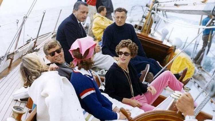 Gianni Agnelli en el barco con la familia Kennedy