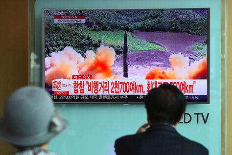 Dos personas miran en la Tv noticias sobre el lanzamiento de un nuevo misil norcoreano. Foto: AFP