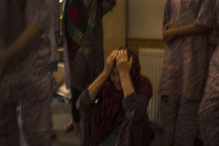 Una mujer, en tratamiento, intenta controlar sus emociones en el centro de rehabilitación. (Andrew Quilty / The Washington Post)