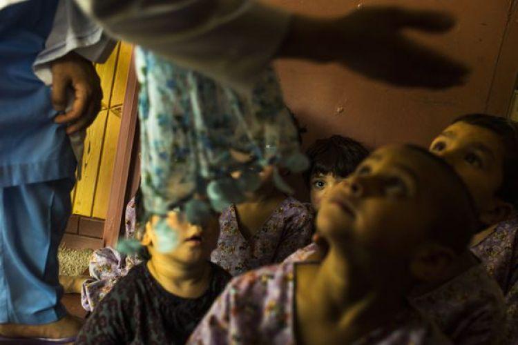 Los niños quedanseparados de sus madres para que puedan jugar y estudiar, aunque algunos también están bajo tratamiento por adicción. (Andrew Quilty / The Washington Post)