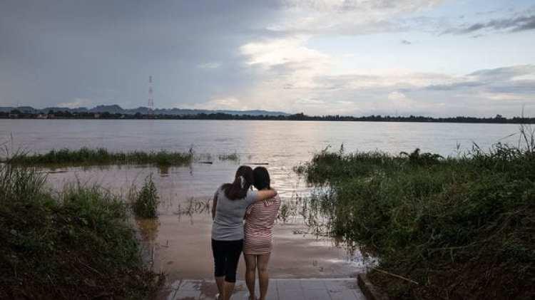 Dos amigas de 23 años de la ciudad fronteriza de Hyesan, en Corea del Norte, observan el río Mekong desde Nakhon Phanom, Tailandia. La mujer de la izquierda había sido vendida a un hombre chino, un destino común para las jóvenes norcoreanas que buscan ganar dinero para sus familias. (Paula Bronstein/The Washington Post)