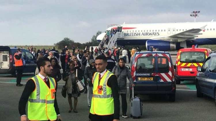 Todos los pasajeros debieron ser evacuados mientras se investigaba lo que terminó siendo una falsa alarma (Reuters)