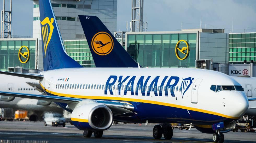 Un avión de Ryanair en el aeropuerto de Francfort.