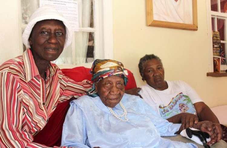 Violet Brown, en el centro, con sus cuidadoras(AP)