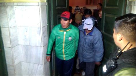 Pobladores de Achacachi, detenidos el domingo, a la salida de su audiencia la noche del lunes