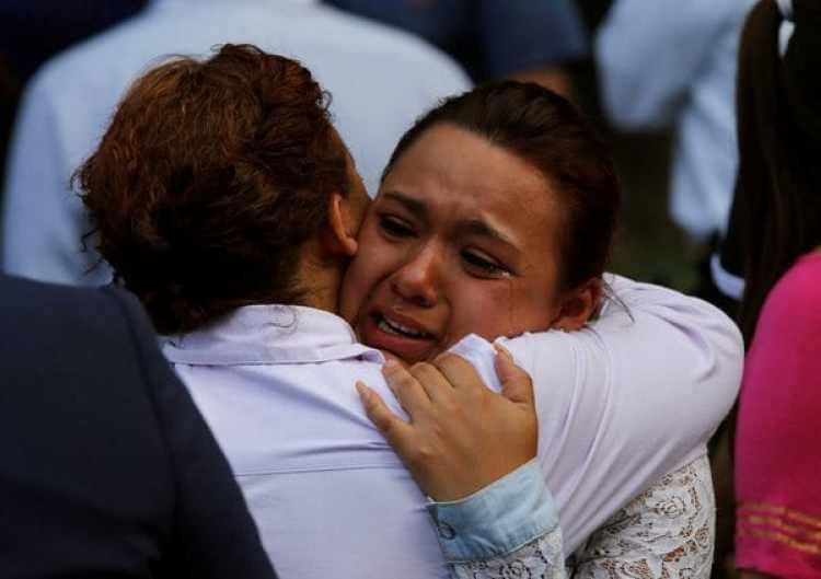 Una mujer llora en Ciudad de México tras el derrumbe de un edificio (REUTERS)
