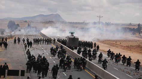 Los policías gasifican a movilizadores de Achacachi en la doble vía a Tiquina.