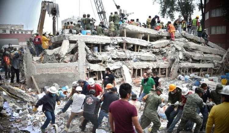 Rescatistas en un derrumbe de la Ciudad de México (AFP PHOTO / Yuri CORTEZ)