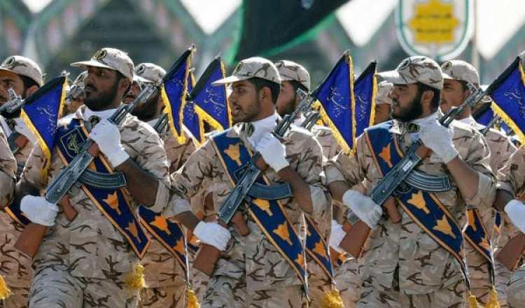 Soldados iraníes marchan en un desfile militar (AFP)