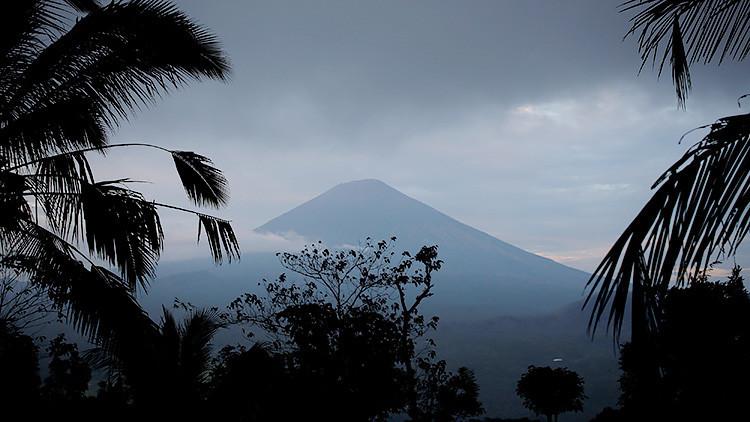 VIDEO, FOTOS: Evacúan a 35.000 personas en Bali por actividad volcánica