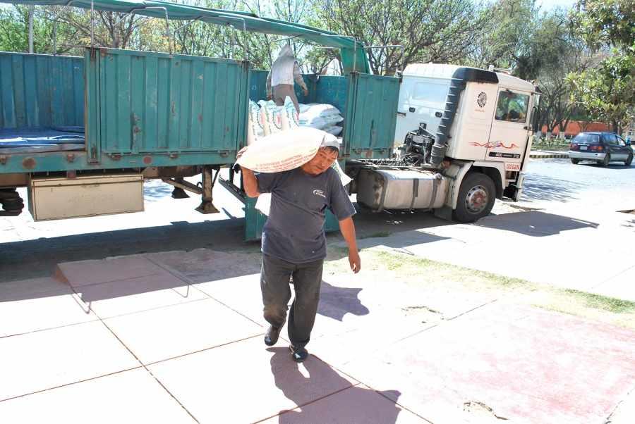Resultado de imagen de Aduana de Tarija decomisó más de 70 toneladas de azúcar de contrabando