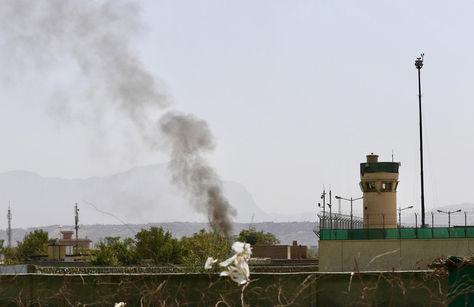 Afganistán. El humo se eleva sobre el escenario en el que tres proyectiles mortero impactaron cerca del aeropuerto internacional de Kabul. Foto: EFE