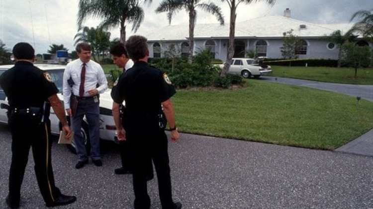 El asesinato de Marlene Warren conmovió al exclusivo vecindario Aero Club en Wellington, Palm Beach, Florida. Oficiales del Departamento de Policía recaudan pruebas en la entrada de la vivienda