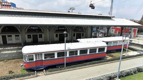 Dos de los tres vagones de tren que serán habilitados como cafés en la Estación Central del teleférico.
