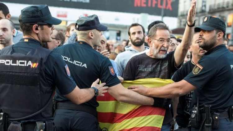 Manifestantes pro independencia chocan con lapolicía (Reuters)