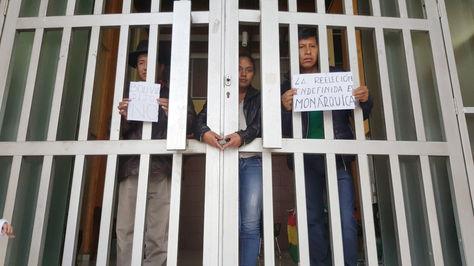 Los legisladores Rafael Quispe y Edwin Rodríguez de UD en el TCP, cuyas puerta fueron cerradas.