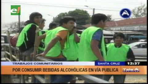 Jóvenes realizan trabajo comunitario como castigo por consumir bebidas alcohólicas