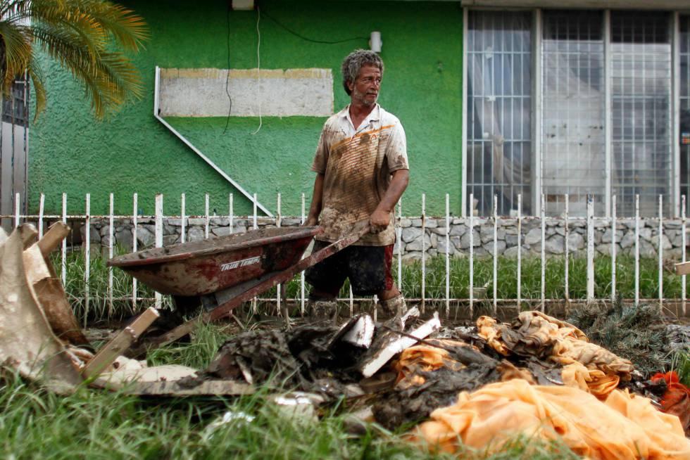 Un hombre saca sus pertenencias de su casa en Arecibo, Puerto Rico, el viernes.