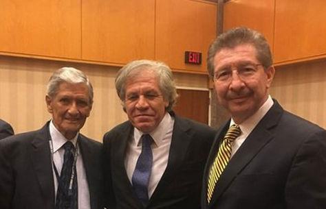 La fotografía que posteó en su cuenta Twitter el exministro Carlos Sánchez Berzaín (d). A su lado derecho el secretario general de la OEA, Luis Almagro (c).