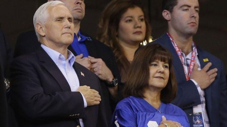 Mike Pence, junto a su esposa Karen(AP)