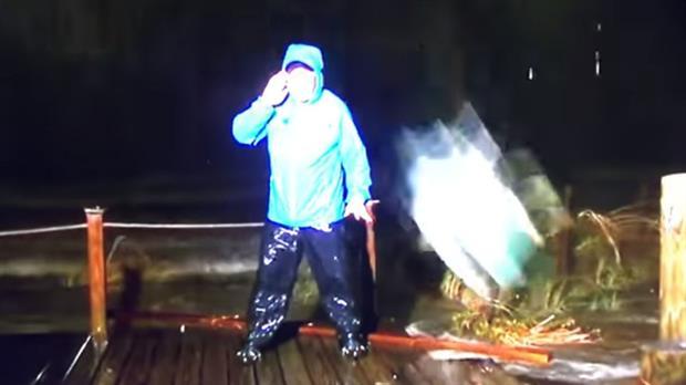 Video: un reportero cubría los estragos del huracán Nate y se salvó de un fuerte golpe de milagro