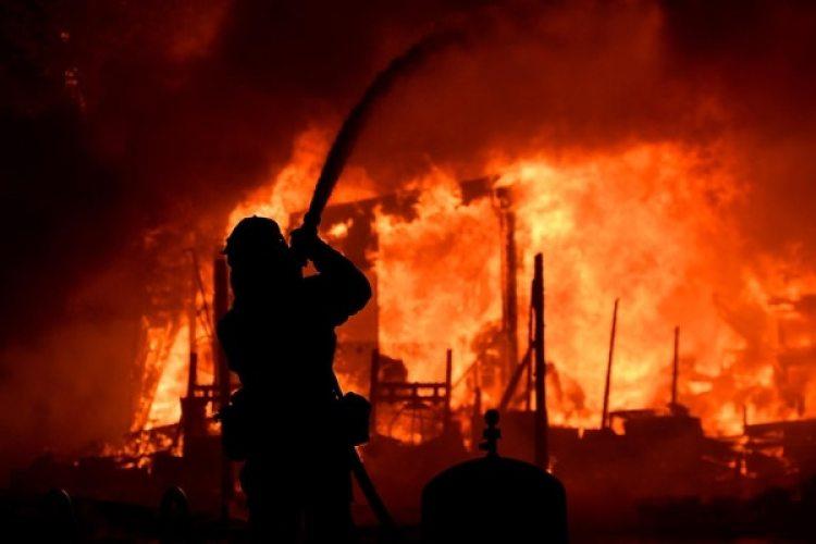 Los bomberos luchan contra el fuego en California (AFP)