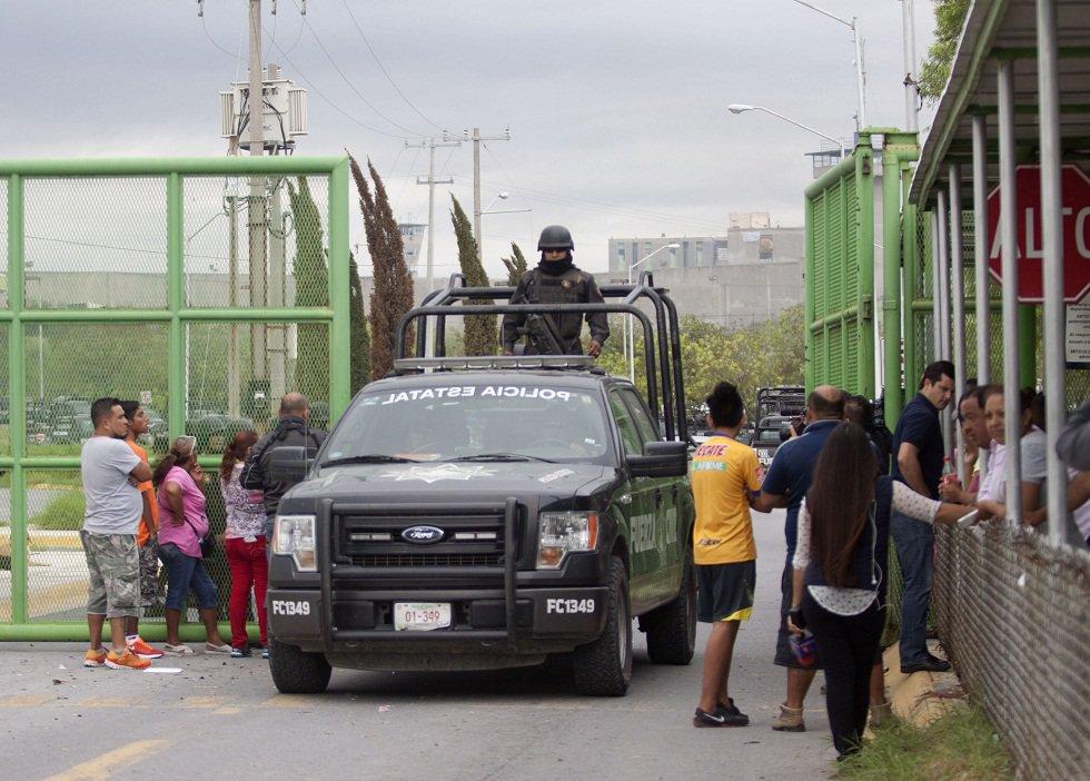 Policía guarda la entrada principal de la prisión de Cadereyta, donde una reyerta entre los prisioneros dejó varios heridos el 10 de octubre de 2017 en Cadereyta, Nuevo León, México. / AFP FOTO / Julio Cesar AGUILAR