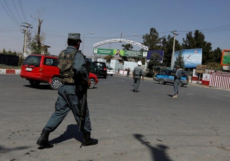 Un policía afgano en el aeropuerto de Kabul (Reuters/archivo)