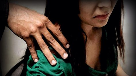 Una representación de acoso o violencia sexual.