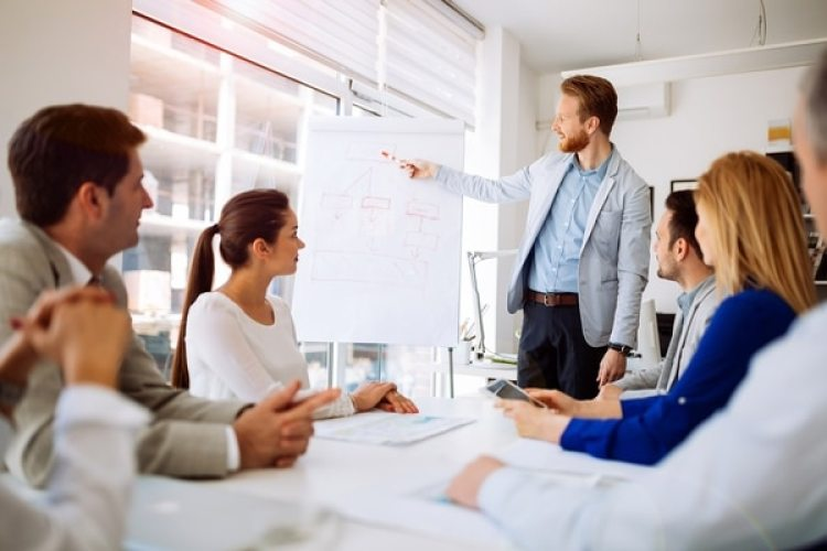Los empresarios latinos son un 23% más propensos que la media de los propietarios de compañías a ofrecer beneficios como seguro médico y planes de jubilación (iStock)